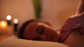 Massaggio posteriore con olio per una ragazza video d archivio