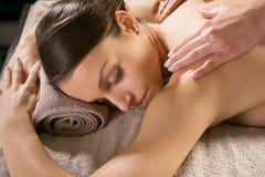 Massaggio posteriore di rilassamento alla stazione termale Fotografia Stock
