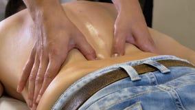Massaggio profondo del tessuto stock footage