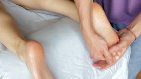 Massaggio tailandese classico dell'olio del primo piano della gamba di una ragazza video d archivio
