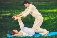 Massaggio tailandese con gli esercizi di yoga Immagine Stock Libera da Diritti