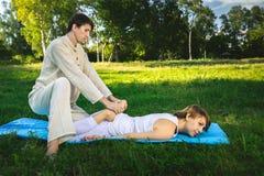 Massaggio tailandese con gli esercizi di yoga Fotografia Stock