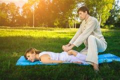 Massaggio tailandese con gli esercizi di yoga Fotografie Stock Libere da Diritti