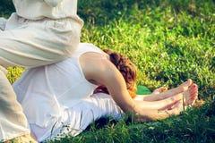 Massaggio tailandese con gli esercizi di yoga Immagini Stock Libere da Diritti