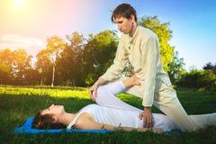 Massaggio tailandese con gli esercizi di yoga Fotografie Stock