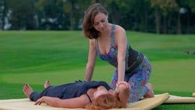 Massaggio tailandese del braccio sul prato inglese video d archivio