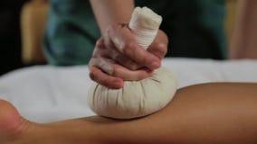 Massaggio tailandese del piede per la ragazza stock footage