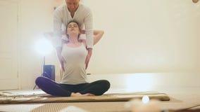 Massaggio tailandese - femmina di modello caucasica - allungamento della spina dorsale Fotografie Stock Libere da Diritti