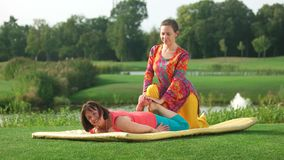 Massaggio tailandese su erba verde video d archivio
