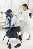 Massaggio in ufficio Fotografia Stock Libera da Diritti