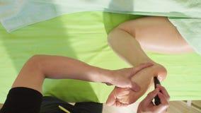 Massagist che fa massaggio del piede del cinese tradizionale stock footage