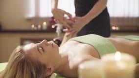 Massagist robi masażowi kobiety ` s głowa zdjęcie wideo