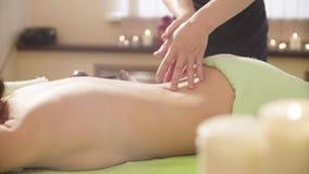 Massagist robi masażowi kobiety ` s plecy zbiory wideo