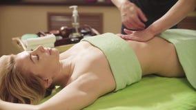 Massagist robi masażowi kobiety ` s podbrzusze zbiory wideo