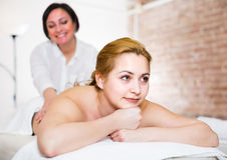 Massagist tut Massage der Rückseite und der Lende zu lächelndem jungem wom Lizenzfreies Stockfoto