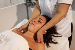 Massagista com a jovem mulher no fim de semana Donna 2013 em Milão, Itália Fotos de Stock Royalty Free