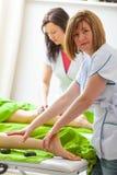 Massagista dois fêmea que faz a massagem dos pés Fotografia de Stock
