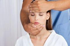 Massagista Giving Head Massage à mulher fotografia de stock