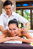 Massagista masculino indonésio que dá a massagem do bem-estar da mulher Fotos de Stock