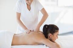 Massagista que dá a massagem à mulher despida imagens de stock