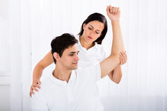 Massagista que dá a massagem ao homem foto de stock