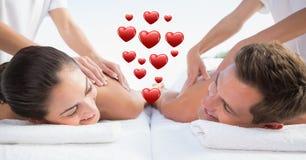 Massagista que dá a massagem aos pares em termas foto de stock