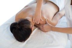 Massagista que dá a massagem traseira à mulher despida Fotografia de Stock Royalty Free