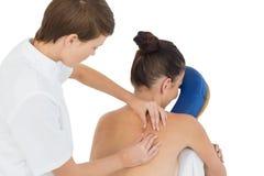 Massagista que dá a massagem traseira à mulher despida fotos de stock royalty free
