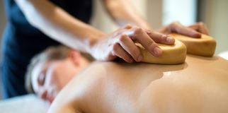 Massagista que faz massagens o massagista no recurso do bem-estar imagem de stock