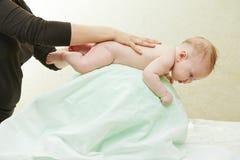 Massagista que faz massagens uma criança Fotos de Stock Royalty Free