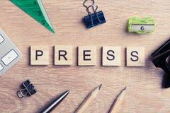 Massamedia conceptuele die woorden met houten kubussen op bureau worden gespeld Royalty-vrije Stock Afbeeldingen