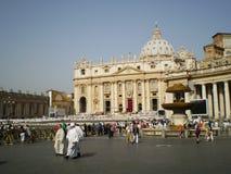 Massdag i den fullsatta fyrkanten av San Pedro, Rome, Italien royaltyfria bilder