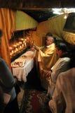 Masse in einer Grotte der Geburt Christi, Bethlehem, Israel Lizenzfreies Stockfoto