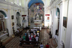 Masse im Kirchen-Heiligen Eustache in Dobrota, Montenegro Lizenzfreie Stockbilder