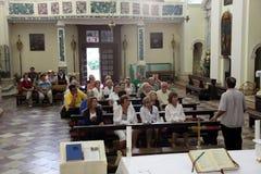 Masse im Kirchen-Heiligen Eustache in Dobrota, Montenegro Lizenzfreies Stockfoto