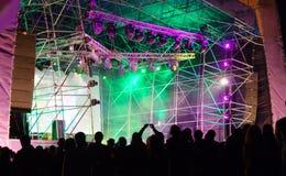 Masse vor der Stufe an einem Konzert Stockbilder