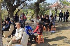 Massen, die das Zeigung im jinxian Park aufpassen stockfoto