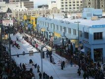 Massen in im Stadtzentrum gelegenem Anchorage für das Iditarod Stockfotos