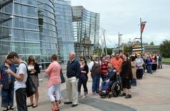 Massen reihen ein, um die Ron Muek Ausstellung zu sehen Stockbild