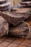 Massen- und verschiedene Arten des Kakaos von Schokoriegeln Organische Handwerkerschokolade lizenzfreie stockfotos