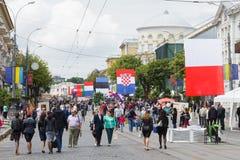 Massenfestlichkeiten von Leuten auf der zentralen Straße der Stadt, tagsüber von Europa stockfotografie