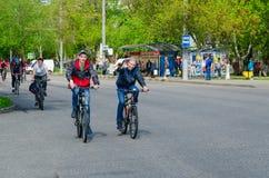 Massenfrühlingsfahrradfahrt mit Teilnahme von den Athleten und von Radfahrenenthusiasten eingeweiht dem Öffnen Radfahrenjahreszei lizenzfreies stockfoto