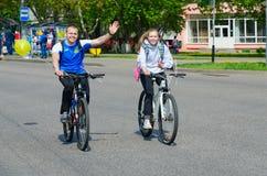 Massenfr?hlingsfahrradfahrt mit Teilnahme von den Athleten und von Radfahrenenthusiasten eingeweiht dem ?ffnen Radfahrenjahreszei stockbild