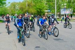 Massenfr?hlingsfahrradfahrt mit Teilnahme von den Athleten und von Radfahrenenthusiasten eingeweiht dem ?ffnen Radfahrenjahreszei stockfotografie