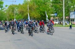 Massenfr?hlingsfahrradfahrt mit Teilnahme von den Athleten und von Radfahrenenthusiasten eingeweiht dem ?ffnen Radfahrenjahreszei stockfoto