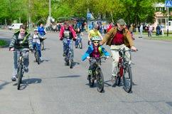 Massenfr?hlingsfahrradfahrt mit Teilnahme von den Athleten und von Radfahrenenthusiasten eingeweiht dem ?ffnen Radfahrenjahreszei stockbilder