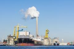 Massengutschiff im Hafen von Amsterdam Lizenzfreie Stockfotos