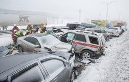 Massenkarambolage - multi Unfall auf Straße mit Schneesturm Lizenzfreie Stockbilder