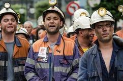 Massensammlung zum Schutze von den Bergmännern in Langreo stockfotos