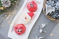 Massepain sous forme de symbole du rose de nouvelle année - porc, macarons sensibles doux, guimauves, arachides au pastel de sucr images stock